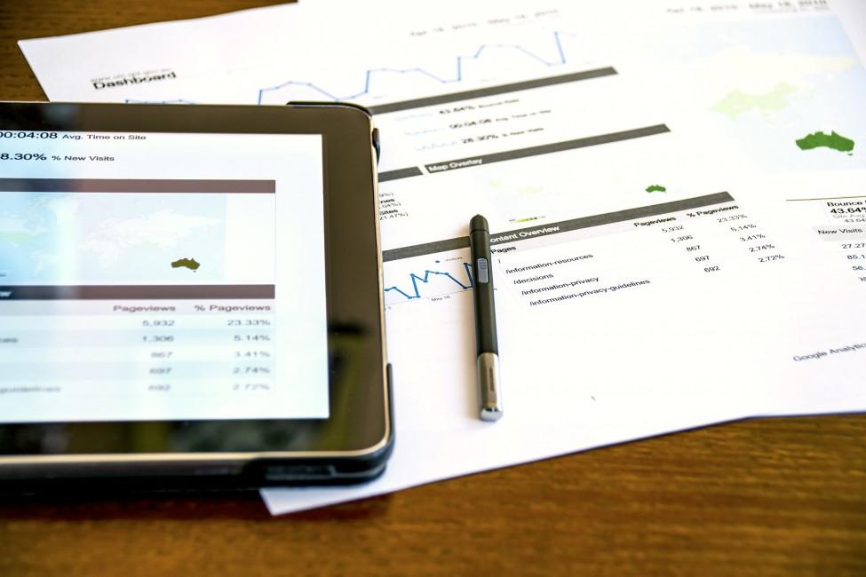 analiza, tablet, kartki, długopis