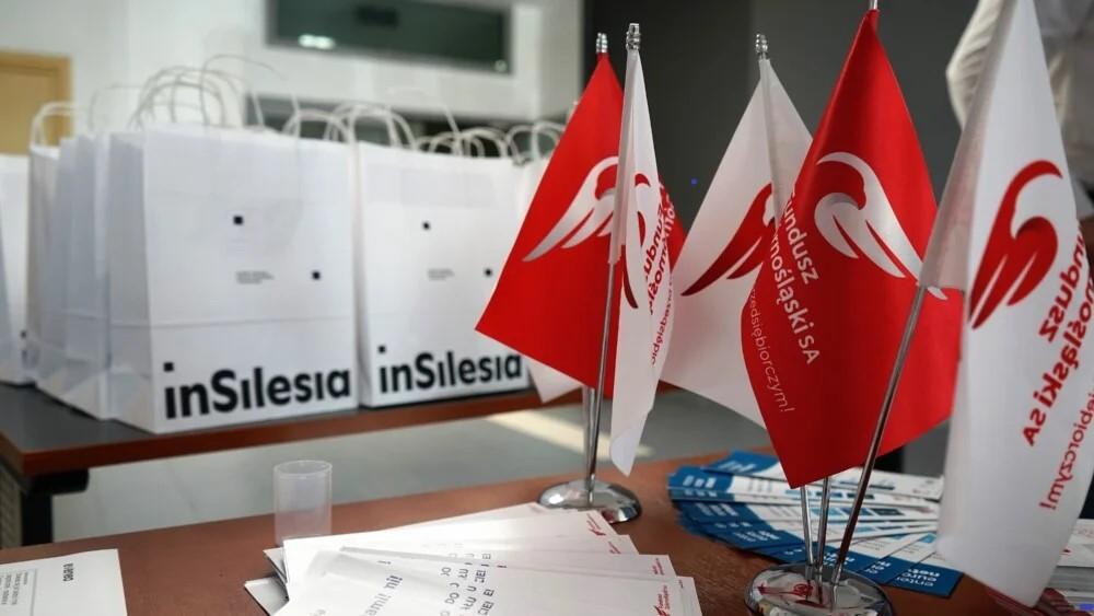 stół, ulotki, torby, flagi