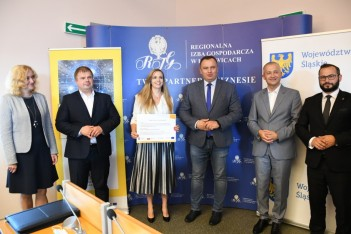 Wręczenie promes umów, 6 osób na zdjęciu