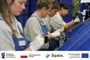 kobiety przy pracy w fabryce, logotypy projektowe