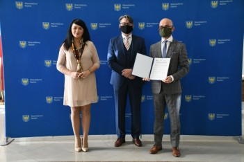 trzy osoby, podpisanie umowy