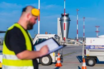 port lotniczy w Pyrzowicach, zdjęcie przedstawia pracowników i zaopatrzenie ruchu lotniczego