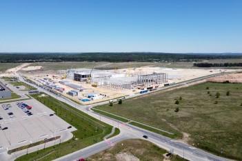teren inwestycyjny przedstawiający dużą halę produkcyjną w budowie