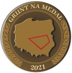 grafika konkursu grunt na medal 2021: mapa Polski na tle złotego medalu z zaznaczonym gruntem obrysowanym na czerwono
