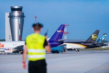 lotnisko w Katowicach: pracownik terminalu cargo z kilkoma samolotami cargo w tle